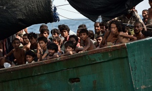 Rohingya-migrants-sit-on--009